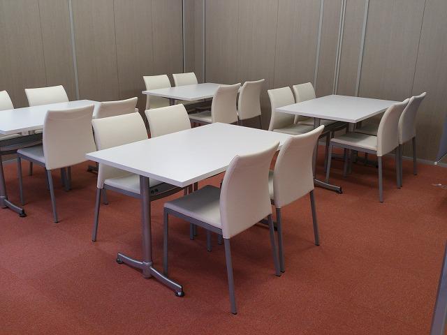 販売センター内の接客用家具と収納物置【レンタル】
