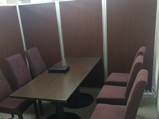 販売センター内のオフィスをイメージ変更【接客用家具のレンタル事例】