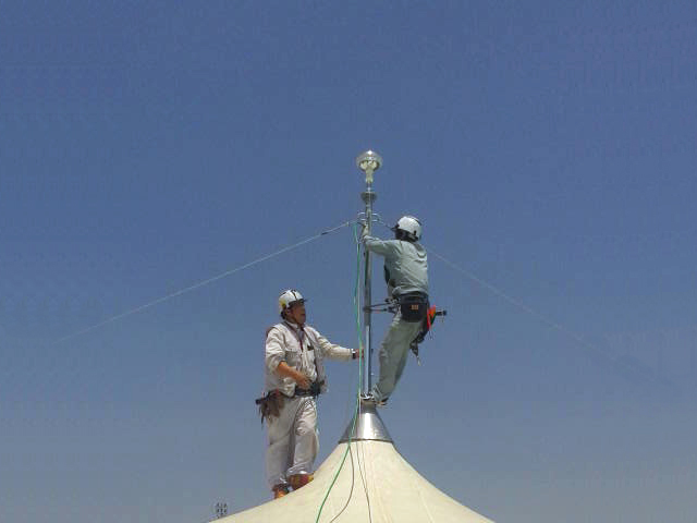 避雷ドームの取付作業