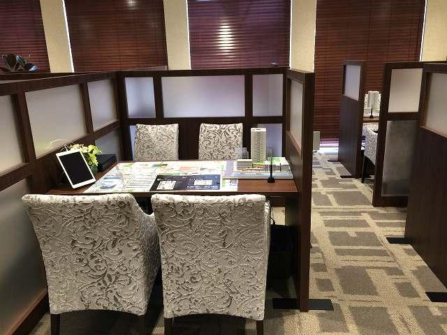 マンション販売センターに高級感を演出【接客用家具・備品のレンタル事例】