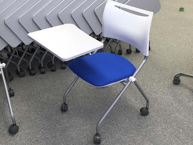 メモ台付折りたたみ椅子