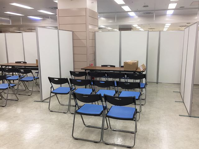 限られた時間内に合同企業説明会の会場設営