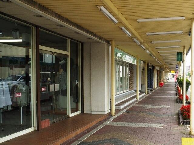 入口がオープンな路面店の冷房強化【気化式冷風機のレンタル事例】