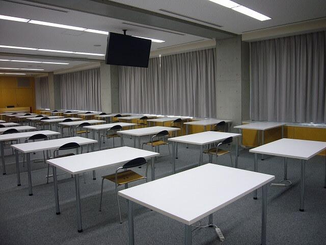 試験会場で使用する机の高さ対策【ユニバーサルテーブルのレンタル事例】