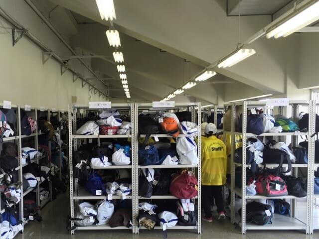 マラソン大会での荷物預かり対策【アングル棚のレンタル事例】