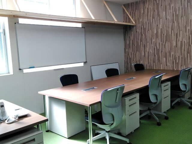 不動産販売センターの職場環境改善対策【テーブルのレンタル事例】