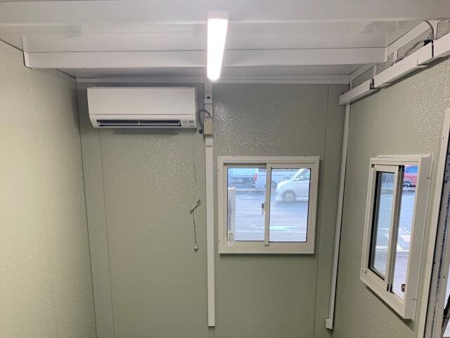 組立式ハウス内のエアコン