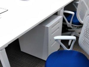 現場事務所の机と椅子