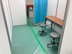 ワクチン接種会場の接種室